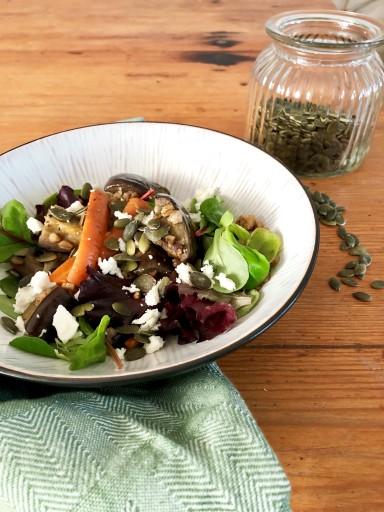 Matvetesallad med morot och aubergine toppad med pumpakärnor